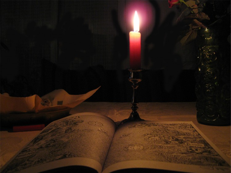 Buch mit Kerze